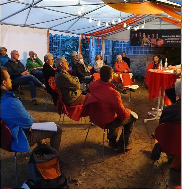 Interessierte Zuhörer unter dem Zeltdach des DGB