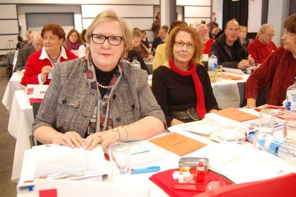 Gabi Schwohn und Ingrid Ries bei der Arbeit